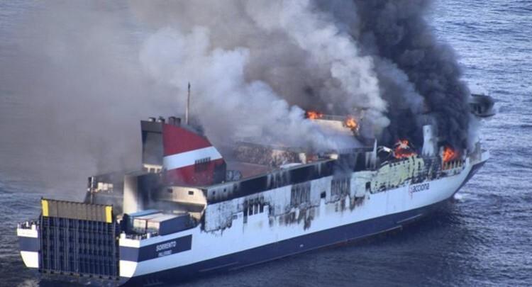 El buque Sorrento en el momento del incendio.