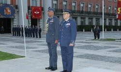 El jefe de la Real Fuerza Aérea de Omán firma el Libro de Honor del Cuartel General del Ejército del Aire