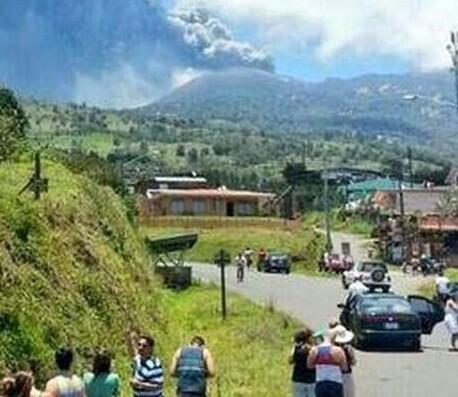El volcán Turrialba en el momento de soltar su nube de cenizas. (Foto-Twitter)