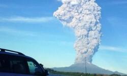 El volcán sigue liberando una enorme lluvía de cenizas.