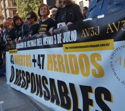 Familiares y amigos de las víctimas de la tragedia del Metro en Valencia.