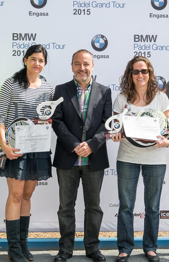 Las campeonas Senior Paula Chover y Cristina Ortiz junto con Jaime Gallart (gerente) de BMW Engasa.