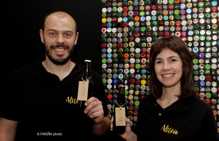 """Guillermo e Irene nos reciben en su TapRoom rodeados de chapas de cerveza. """"Queremos que la gente traiga la suya para llenar la pared"""", nos cuenta Irene."""