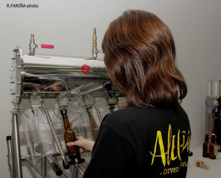 Irene muestra la parte final del proceso en la que  se procede al embotellado de la cerveza manualmente.