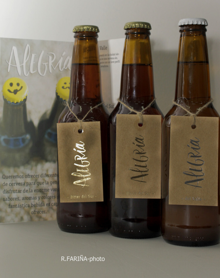 Las etiquetas de las tres variantes de cerveza Alegría están fabricadas con materiales reciclados, entre ellos cebada.