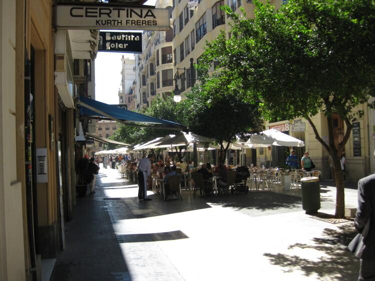 El marcado de las terrazas de hostelería con terrazas y sillas se está llevando a cabo desde la entrada en vigor de la nueva Ordenanza de Ocupación del Dominio Público.