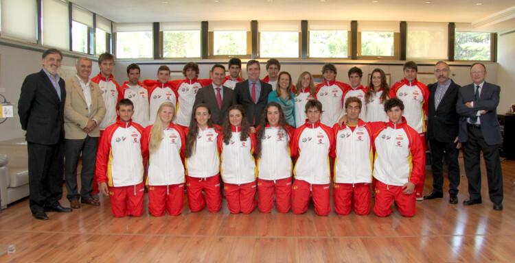 Foto de grupo con todos los participantes, cuerpo técnico y directivo de la Federación Española, junto a las autoridades del CSD.