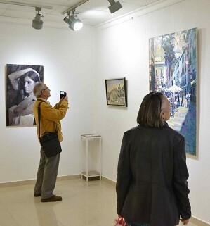 Imagen del público visitando la sala exposiciones.