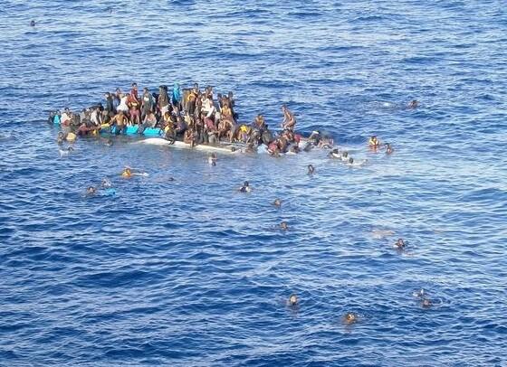 Inmigrantes a punto de ser rescatador por una patrulla costera.