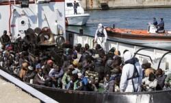 Inmigrantes rescatados el pasado miércoles en las costas de Italia. (Foto-Agencias).