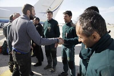 Juan Bolívar Bueno saludó a los miembros de las fuerzas de rescate que lo ayudaron a su regreso a España.