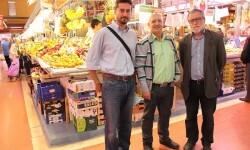 Juan Faus, presidente del mercado, y Vicente Gallart, presidente de la Associació de Veïns i Veïnes Cabanyal-Canyamelar y Jordi Peris en el Mercado del Cabanyal. 2