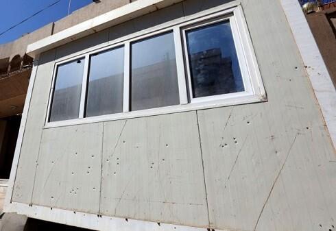 La cabina de los agentes muestra el impacto de las balas que recibió durante el ataque. (Foto-AFP)