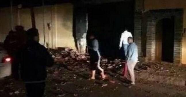 La explosión produjo un enorme boquete en la pared del recinto.