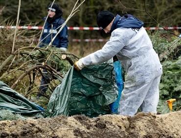 La policía forense encuentra el cuerpo enterrado del hombre ' class=