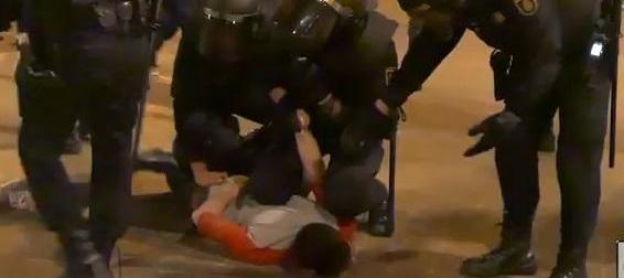 Los agentes arrestan a un manifestante en la marcha de ayer. (Foto-Twitter).