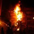 Los bomberos controlan el fuego durante la quema de una falla.