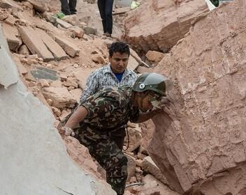 Los servicios de rescate buscan víctimas o sobrevivientes entre los escombros.