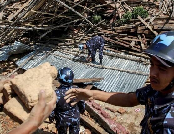 Los servicios de socorro y ayuda siguen buscando entre los escombros a personas atrapadas.