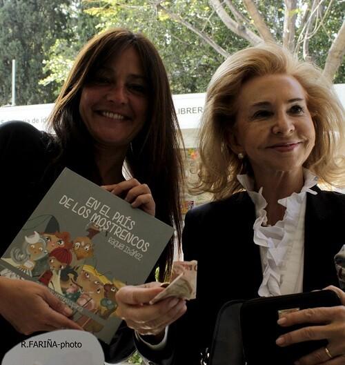 Mayrén Beneyto adquiriendo el ejemplar de un libro.