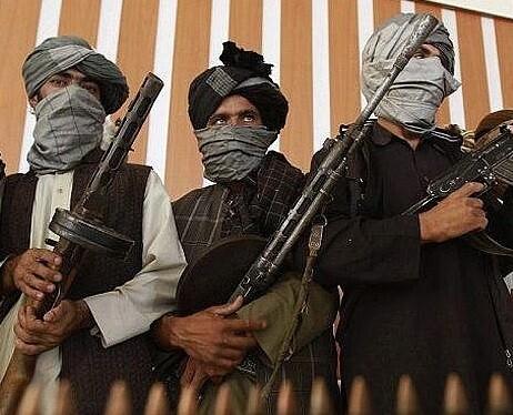 Miembros de un grupo armado talibán posa ante la cámara en una imagen de archivo.