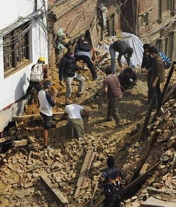 Muchos voluntarios buscan cadáveres entre las ruinas. (Fotos-AFP).