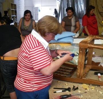 Mujeres en un curso de tapiceria.