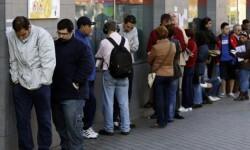Personas haciendo cola en la oficina de empleo. (Foto-Archivo)