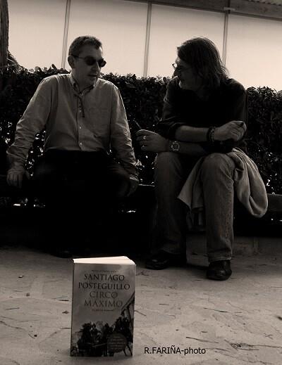 Posteguillo charla con El Péndulo en la Fira del Llibre de València.