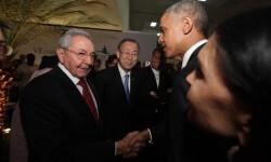 Raúl Castro y Barack Obama anoche en la recepción de presidentes. (FOT-AFP)