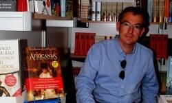Santiago Posteguillo a punto de firmar ejemplares de su obra en la 50 edición de la Feria del Libro de Valencia.