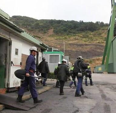 Trabajadores de uno de los pozos de la empresa.