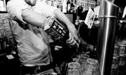 Un barman en pleno trabajo.