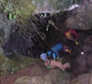 Un grupo de especialistas visita la zona motañosa donde se escuentran los españoles.