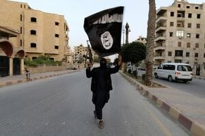 Un miembro del Estado Islámico recorre la calle de una ciudad de Siria.