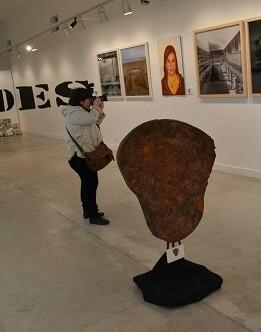 Un visitante saca fotos de la exposición.