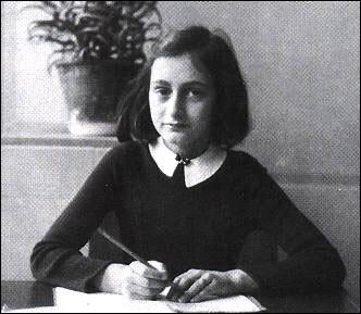 Una fotografía de Anna Frank siendo estudiante.
