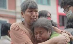 Una mujer es rescatada por sus vecinos.
