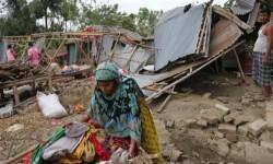 Una víctima intenta recuperar la mayor cantidad de sus pertenencias cerca de su casa, que fue destruída (Foto-AFP)