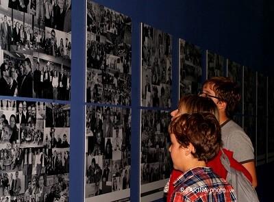 Unos niños contemplan las fotos de la exposición.