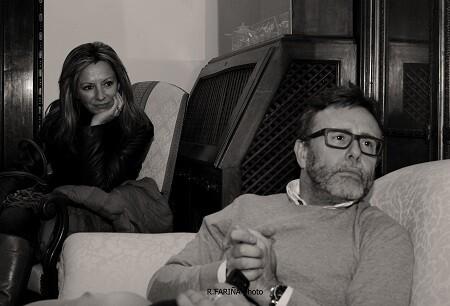 Víctor Cucart con Ana Carreño al fondo de la imagen.