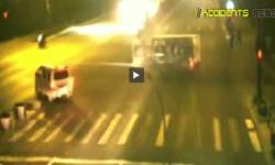 Video  levantan un camión para salvar a un motociclista   Insólito  China  Accidente   América