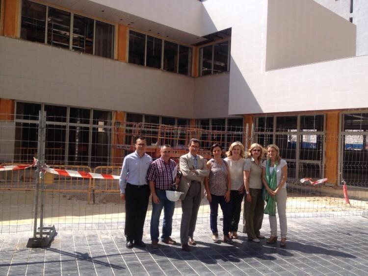 La concejala Ana Albert, visitando las obras del Centro para Personas Mayores de Monteolivete, hace unos meses.