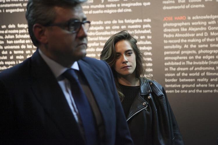 María León, tras Critóbal Grau durante la presentación de la exposición de José Haro.