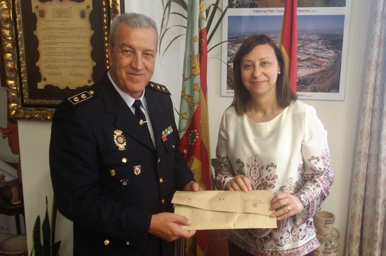 La alcaldesa, Elena Martínez, recibe el sobre con el dinero encontrado de manos del Inspector Jefe de la Policía Nacional, José Manuel León
