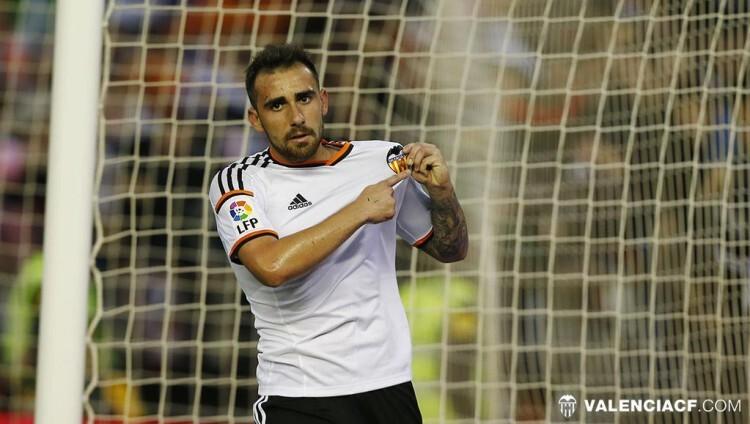 Alcácer mostró cómo habla este Valencia CF, al apuntar al escudo tras marcar su gol.