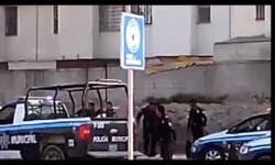 Policías golpean a un discapacitado