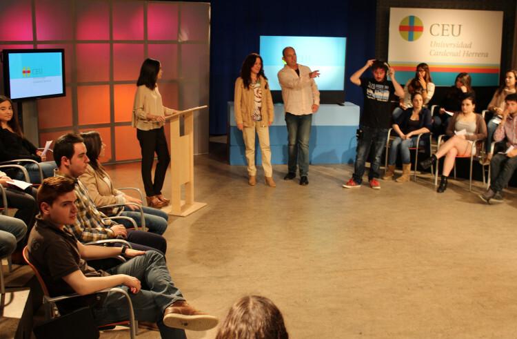 Alicia Andújar se prepara para participar en un debate televisivo organizado por la UCH-CEU
