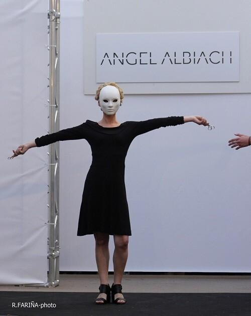 Ángel Albiach cierra su presentación como una figura imaginaria.