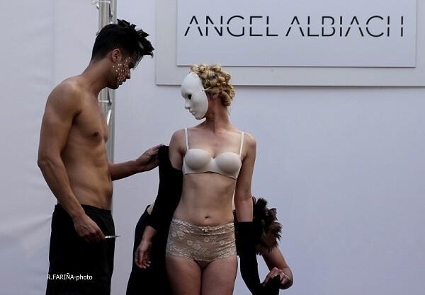 Ángel Albiach en una momento de su perfomance tras el pase de su colección.